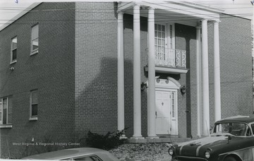 Front view of Gamma Phi Beta house.